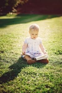 kleines Mädchen, Sommer, Buch, Park, Familienshooting, Spaß, Übach-Palenberg, Astrid Ebert Fotografie