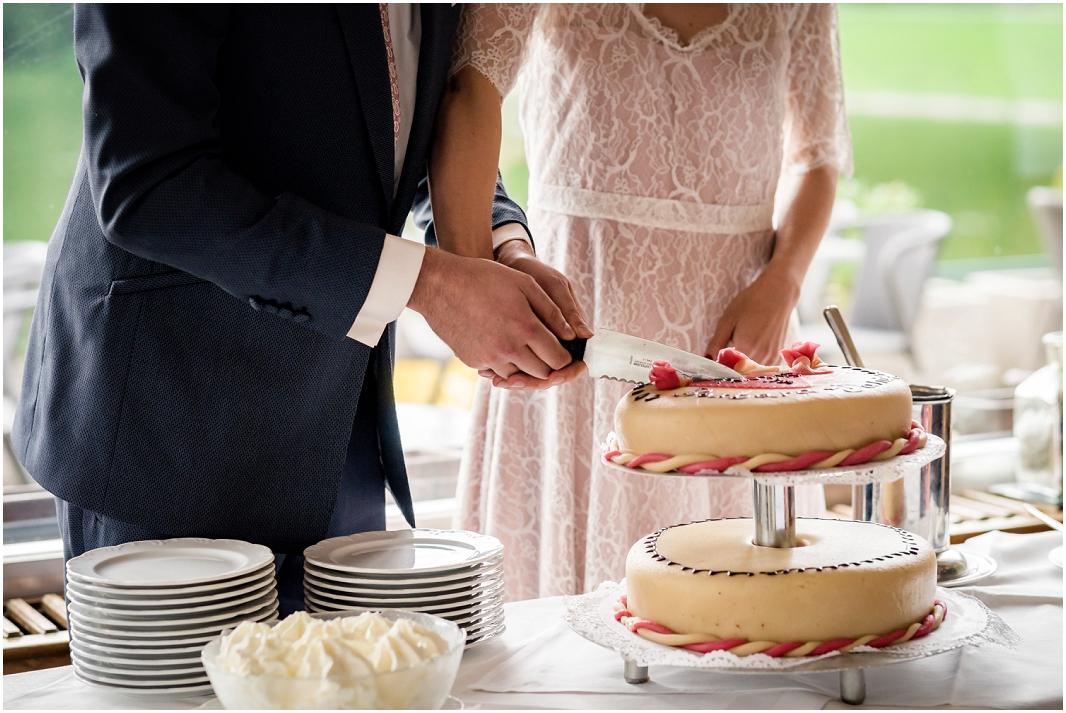 Hochzeit, Köln, Haus am See, Decksteiner Weiher, Hochzeitsfotografie, Hochzeitsfoto, Hochzeitsreportage, Torte anschneiden