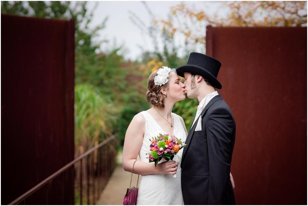 Kuss_Hochzeit_Jülich_Brückenkopfpark_Zitadelle_Hochzeitsfotografie_Hochzeitsreportage_Astrid Ebert Fotografie_0001