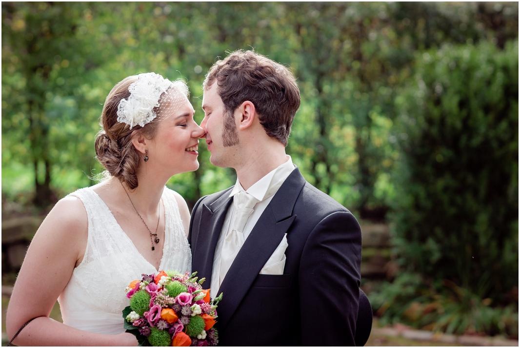verliebt_Hochzeit_Jülich_Brückenkopfpark_Zitadelle_Hochzeitsfotografie_Hochzeitsreportage_Astrid Ebert Fotografie_0001