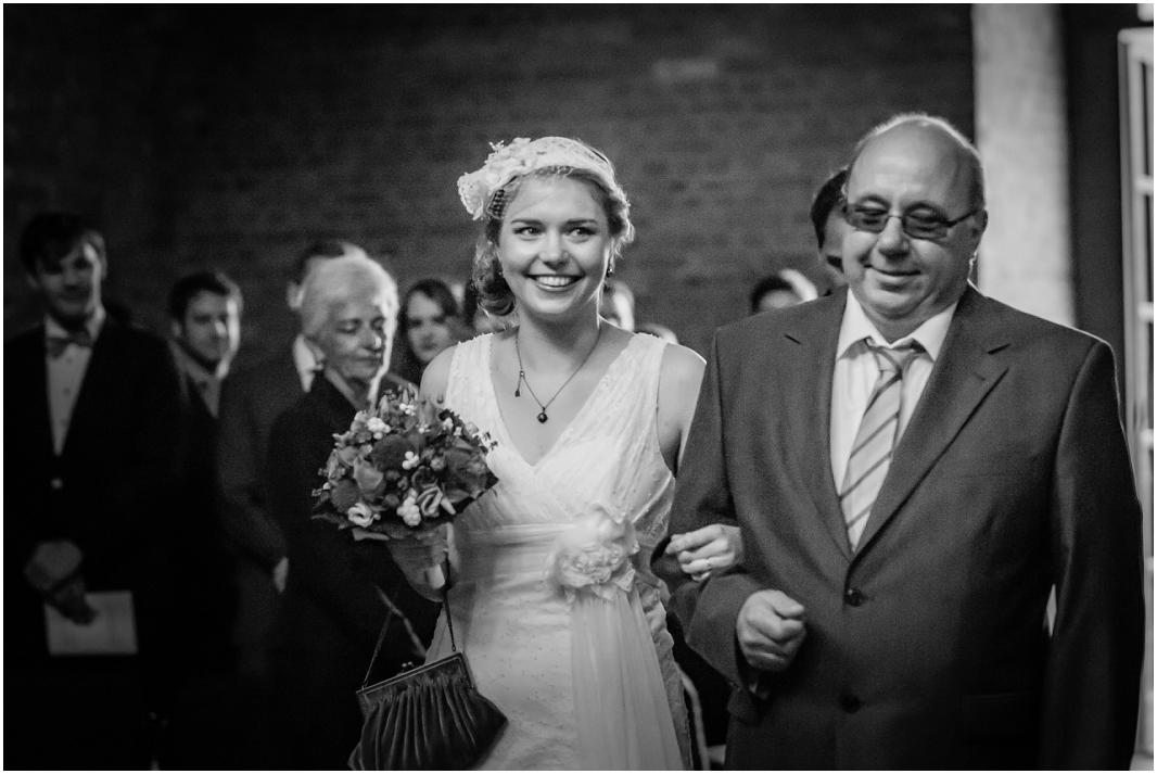Einzug Kirche_Hochzeit_Jülich_Brückenkopfpark_Zitadelle_Hochzeitsfotografie_Hochzeitsreportage_Astrid Ebert Fotografie_0001