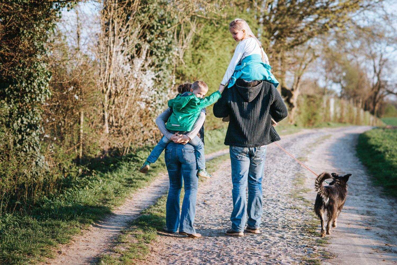 Familienbilder mit Hund bei einem Spaziergang in Aachen