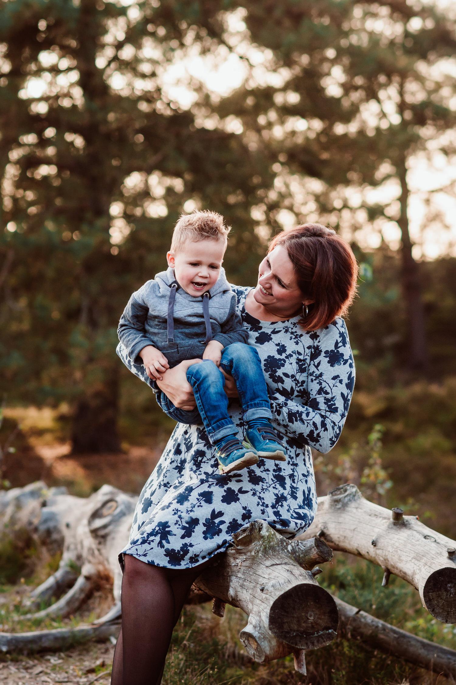 Mutter mit Kind in der Natur | Familienfotografie Aachen