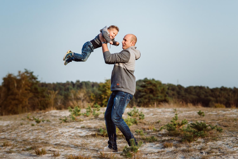 Vater mit Sohn in der Natur | Familienfotografie Aachen