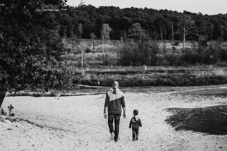 Vater mit Sohn | Schwarz Weiß Fotografie | Familienfotografie Aachen