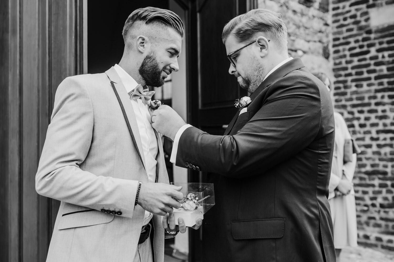 Trauzeuge mit Bräutigam vor der Kirche