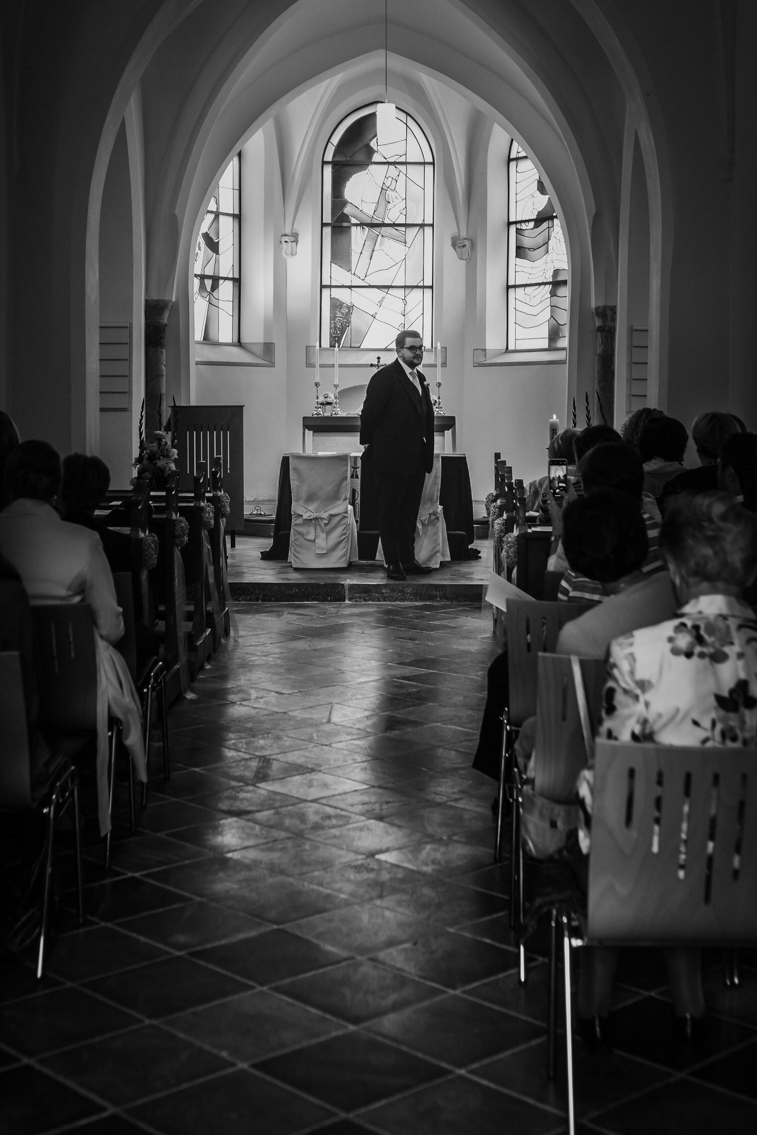 wartender Bräutigam in der Kirche