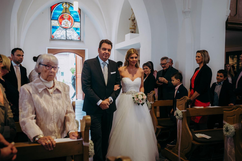 Einzug der Braut mit ihrem Vater in der Kirche