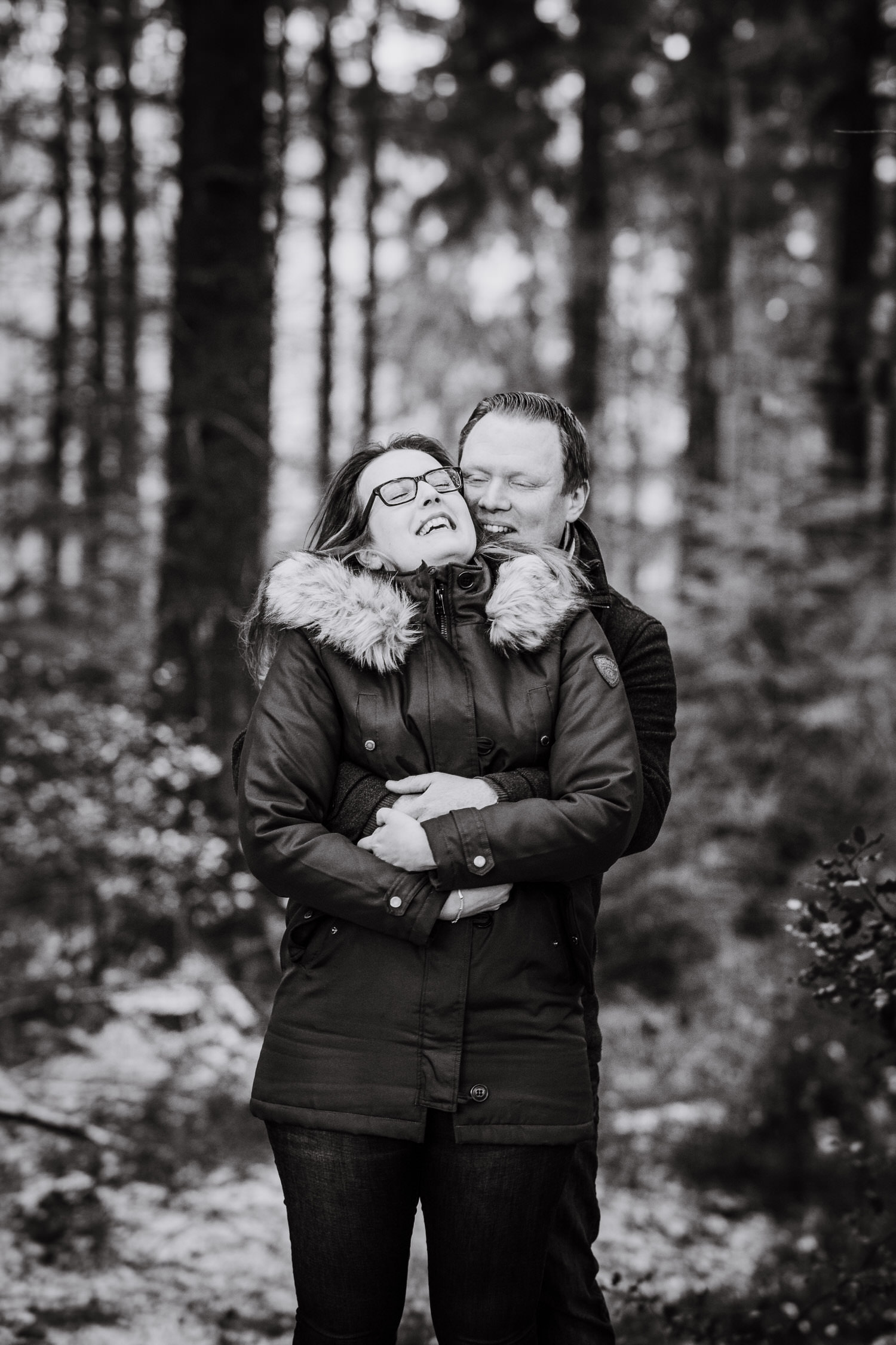 Lachendes Paar bei Shooting im Winter