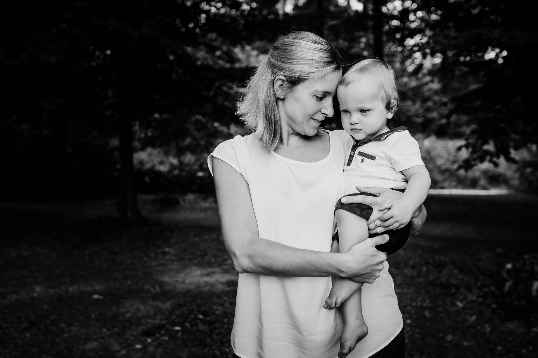 kleiner Sohn bei Mama auf dem Arm