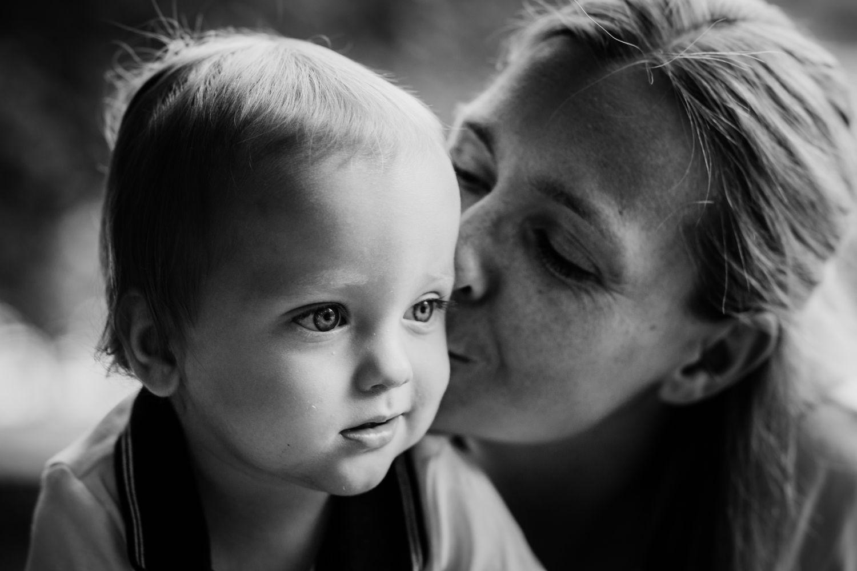 Mutter küsst ihren kleinen Sohn