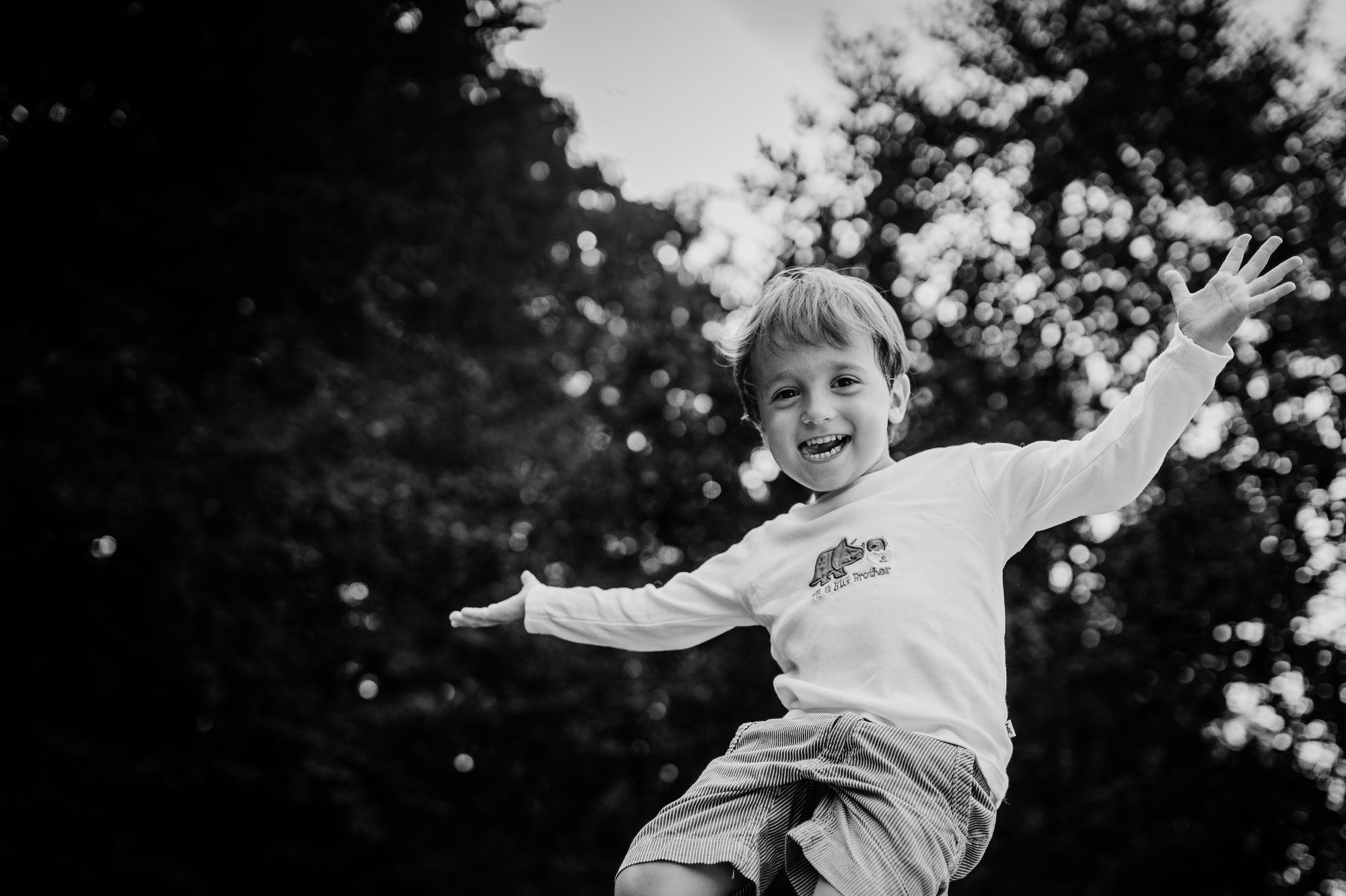 glücklicher kleiner Junge