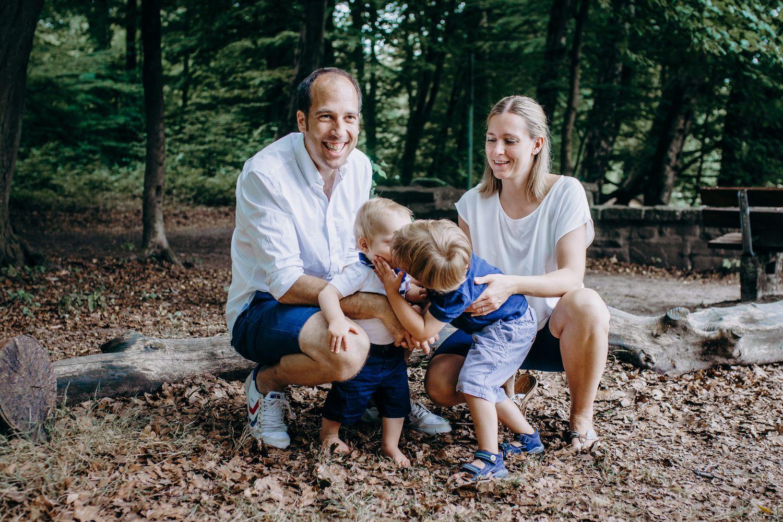 lockeres gemeinsames Familienbild im Wald