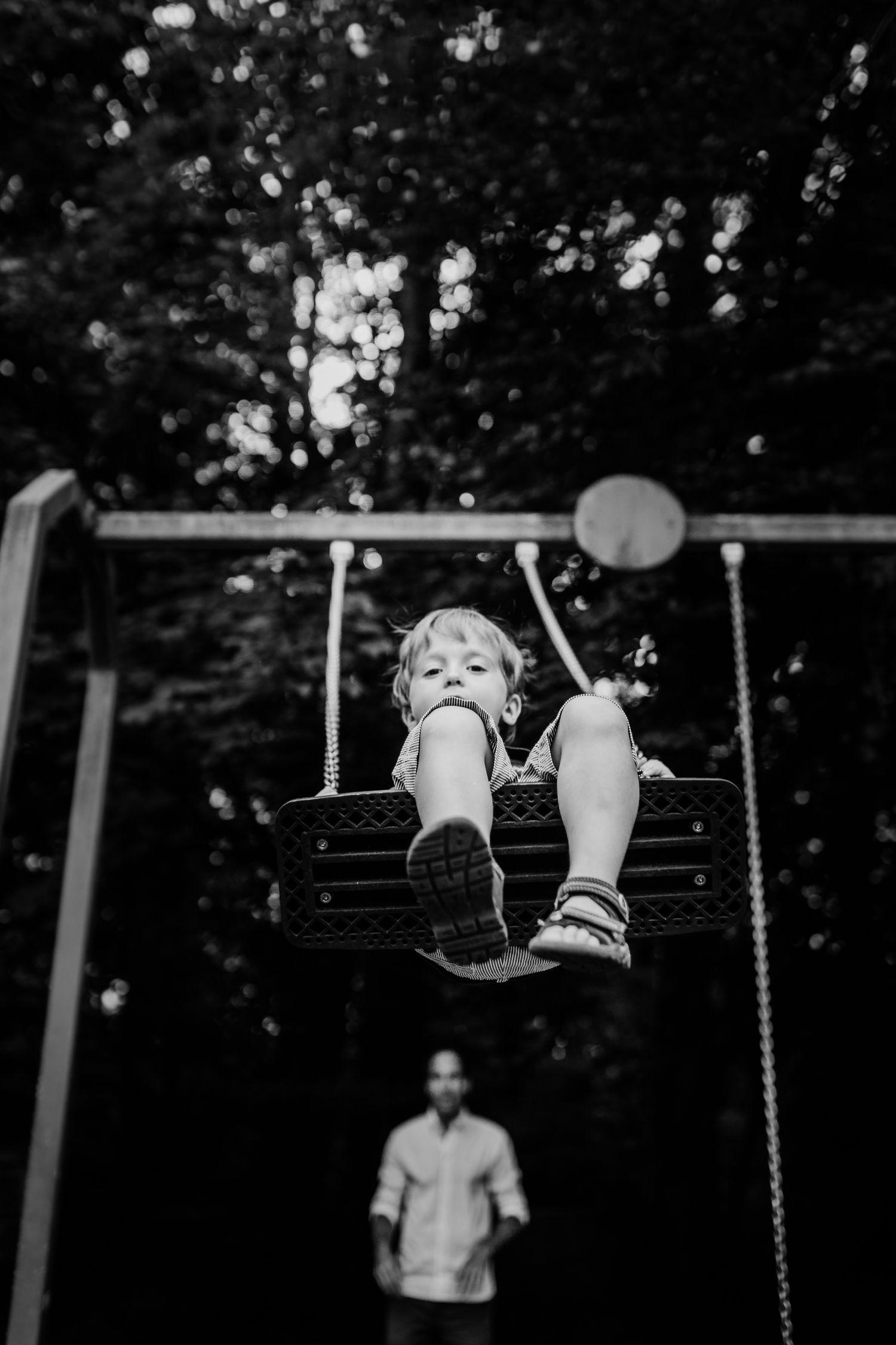 schaukelndes Kind auf dem Spielplatz