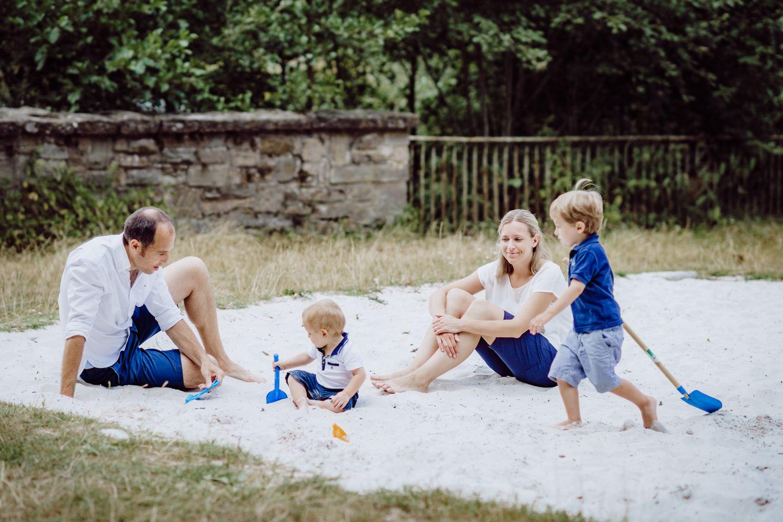 Familie im Sandkasten