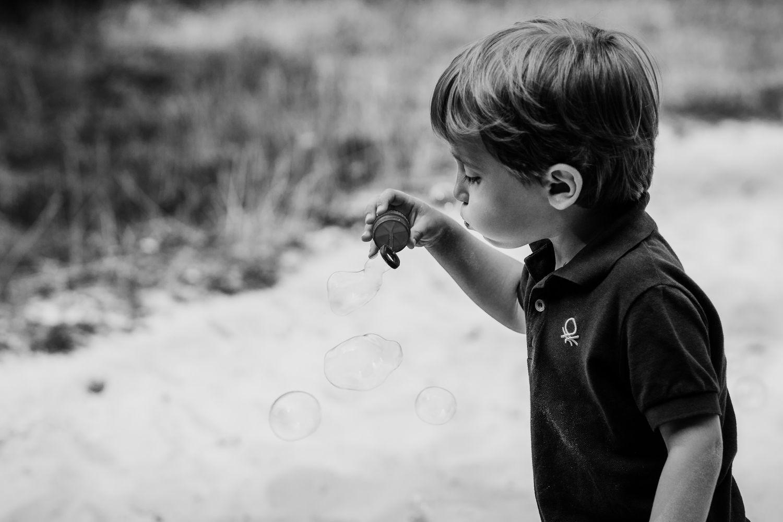 Kind und Seifenblasen