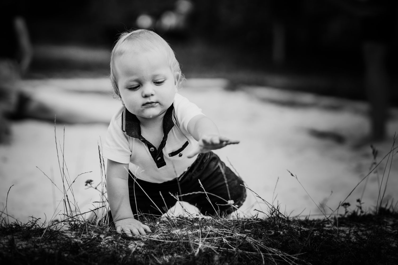 Krabbelkind entdeckt die Welt