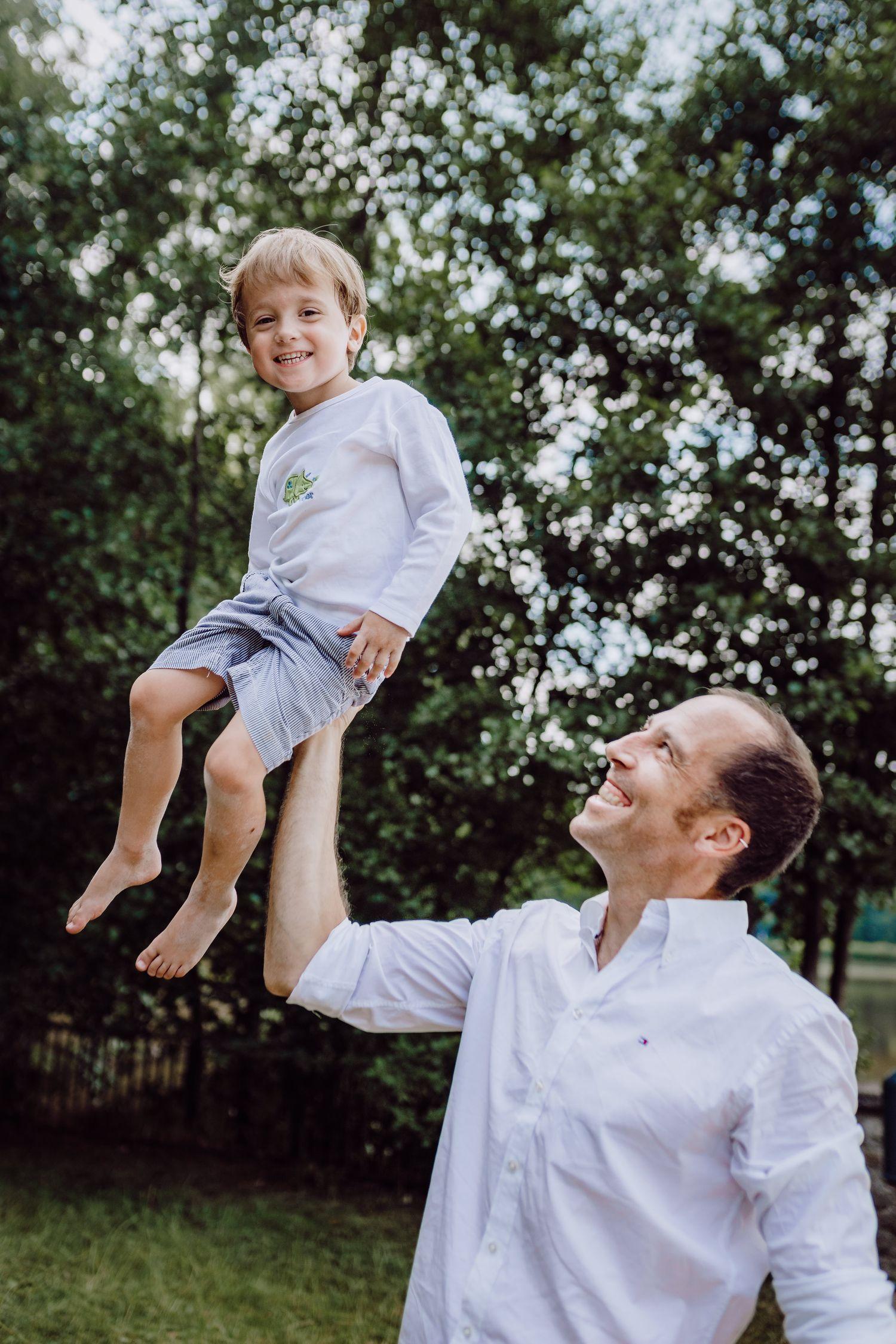 kleiner Junge auf der Hand des Vaters